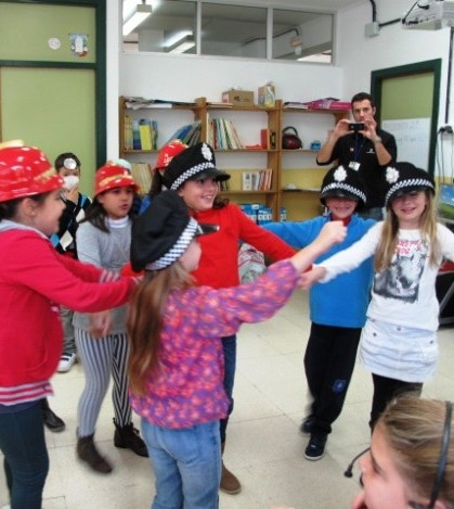 Los alumnos han hecho el papel de los diferentes cuerpos de seguridad en el simulacro de un incendio.