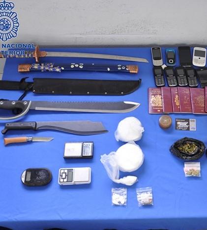Documentos, drogas y materiales intervenidos durante la operación.