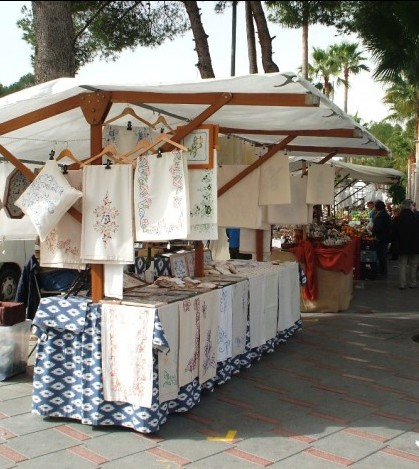 Un puesto de bordados mallorquines en el mercado de Peguera