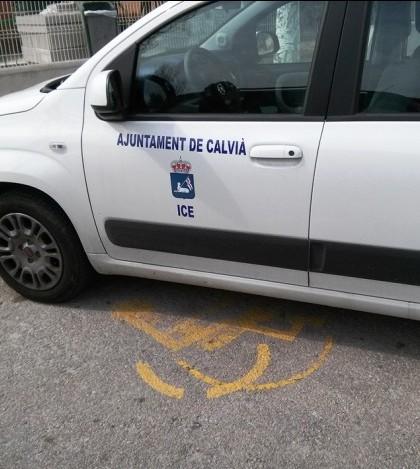 Un vehículo municipal ocupa dos plazas de aparcamiento para minusválidos
