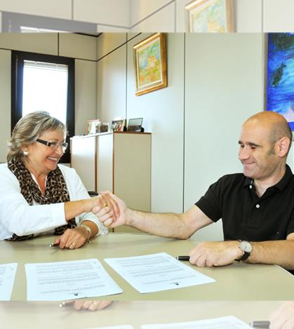 La teniente de alcalde de Servicios Sociales, Cristina de León, y Joan Venys como respresentante de Asdica.